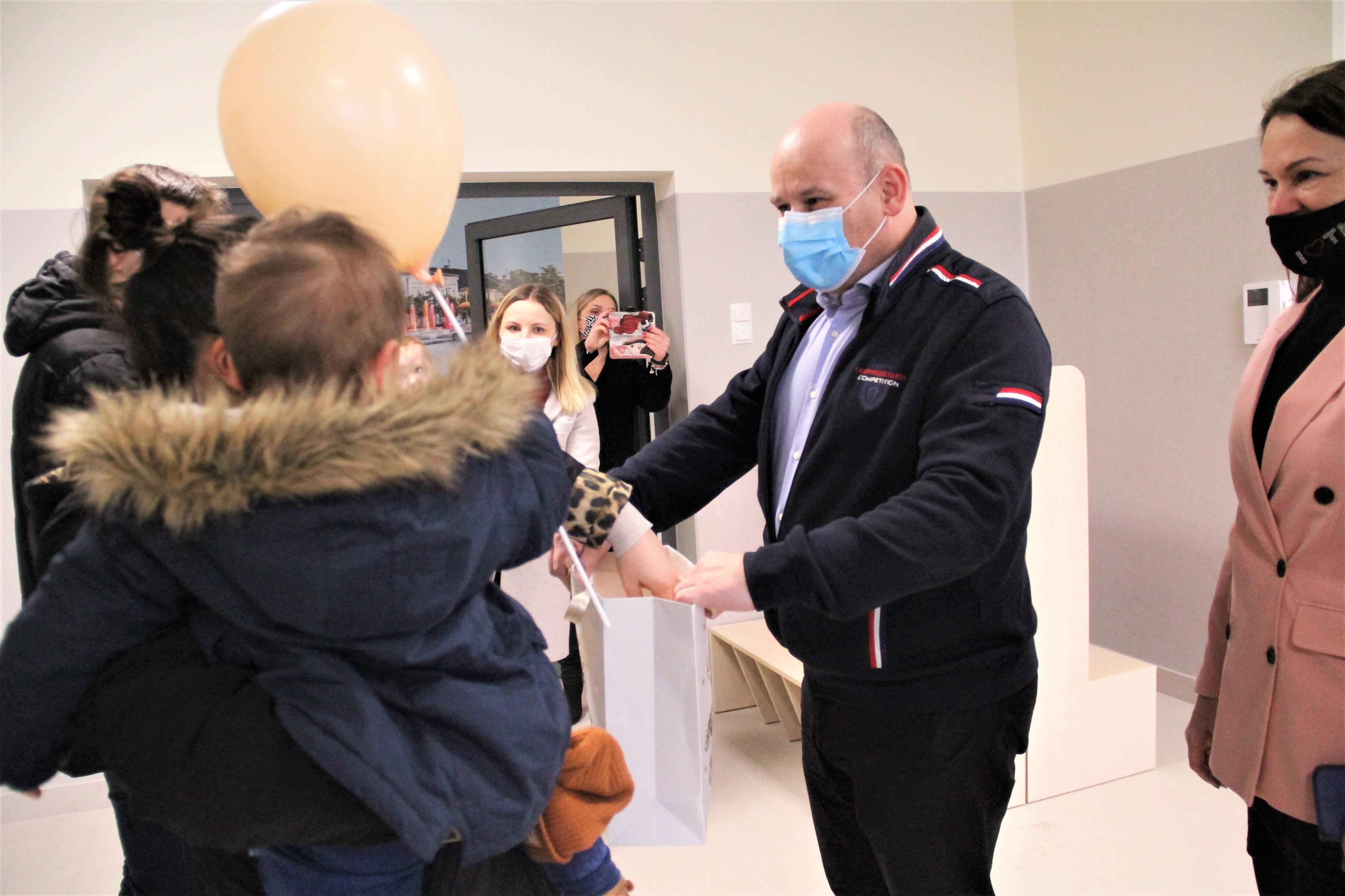 Prezydent Miasta Tomaszowa Mazowieckiego Marcin Witko, rodzice, uczestnicy dnia otwartego w żłobku