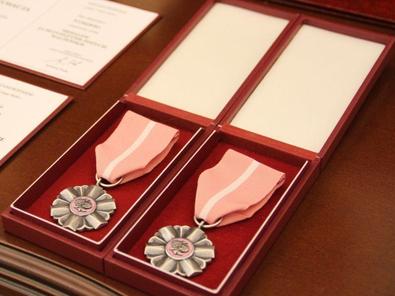 Na zdjęciu medal za Długoletnie Pożycie Małżeńskie Prezydenta RP