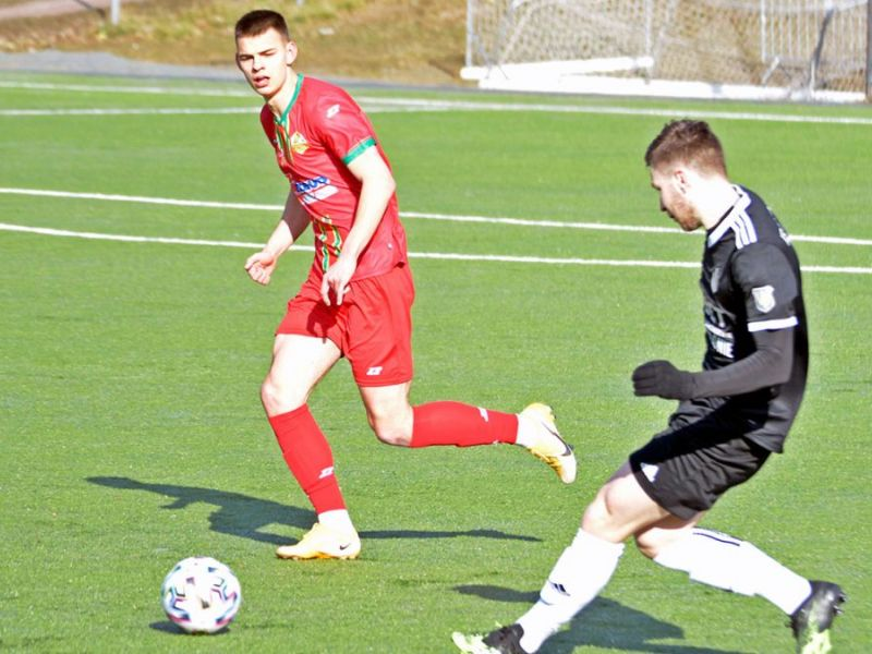 Na zdjęciu piłkarze na boisku w walce o piłkę