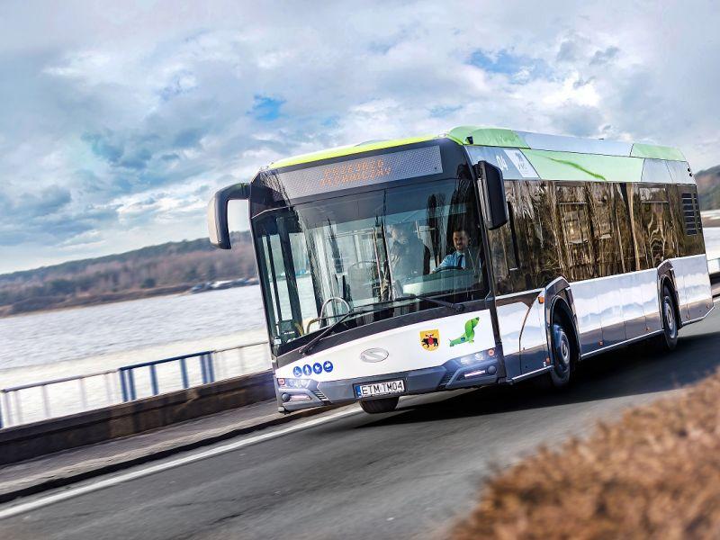 Autobus hybrydowy, w tle woda i niebo