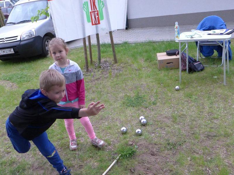 Na zdjęciu para dzieci rzuca kulami podczas Rodzinnego Turnieju na przystani