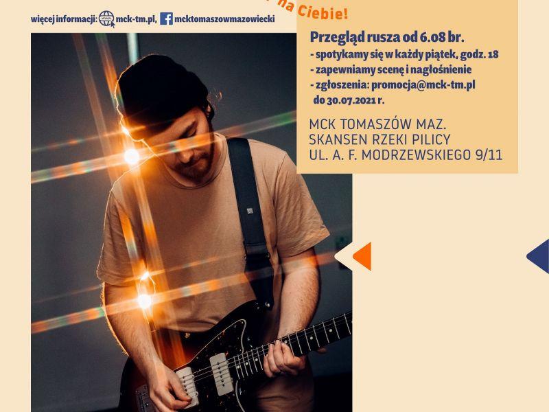 Na plakacie informacyjnym o Letniej scenie muzycznej MCK gitarzysta z gitarą