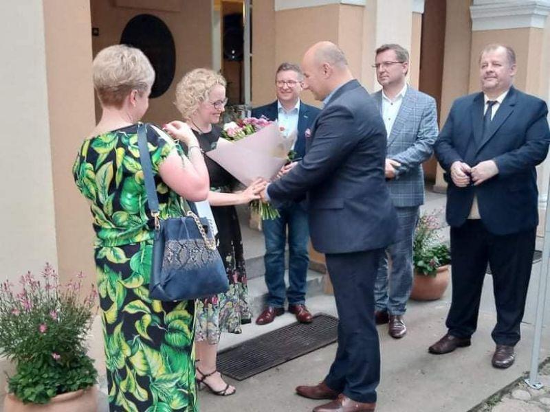 Na zdjęciu prezydent miasta wręcza bukiet Marttcie Węg, z okazji finisażu podsumowującego jej wystawę zorganizowaną z okazji 20 lecia pracy artystycznej.