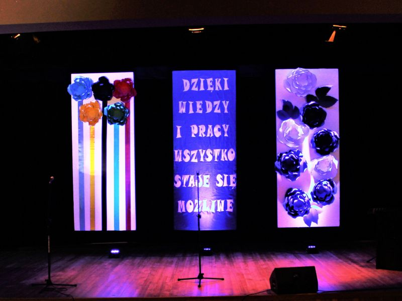 Zdjęcie przedstawia scenę OK Tkacz, na której ustawiono banery z okazji Dnia Edukacji Narodowej