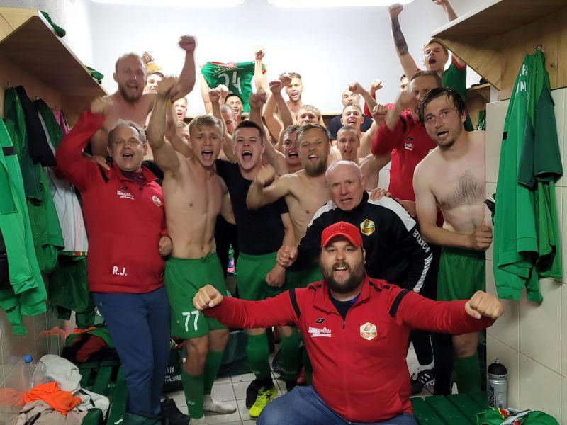 Na zdjęciu piłkarze Lechii w szatni, manifestujący radość po utrzymaniu się w rozgrywkach III ligii. Zdjęte koszulki, radość