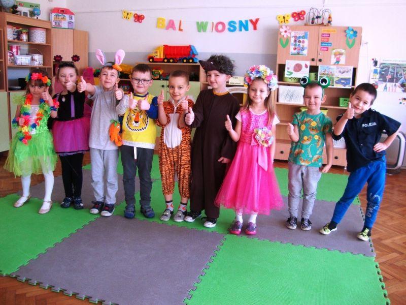 Na zdjęciu przedszkolaki pokazują znak cool pod hasłem