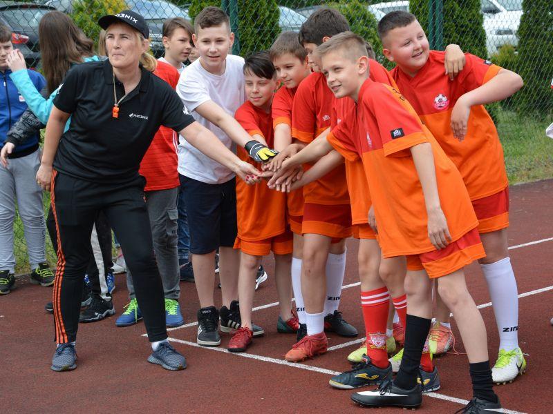 Na zdjęciu uczniowie ze SP nr 13 na bieżni podczas festynu z okazji Dnia Dziecka