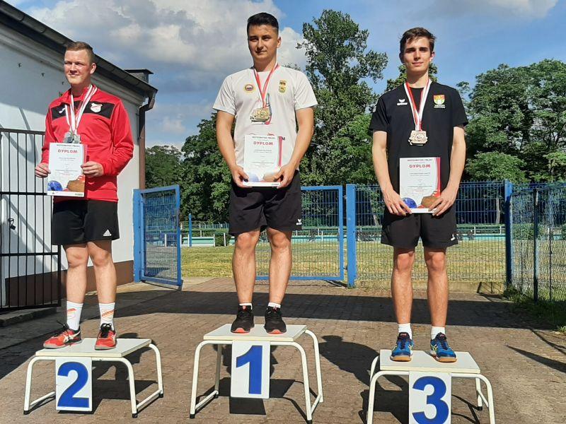 Na zdjęciu mistrz Polski juniorów w kręglarstwie klasycznym na podium. Zawodnicy z medalami, w rękach medale