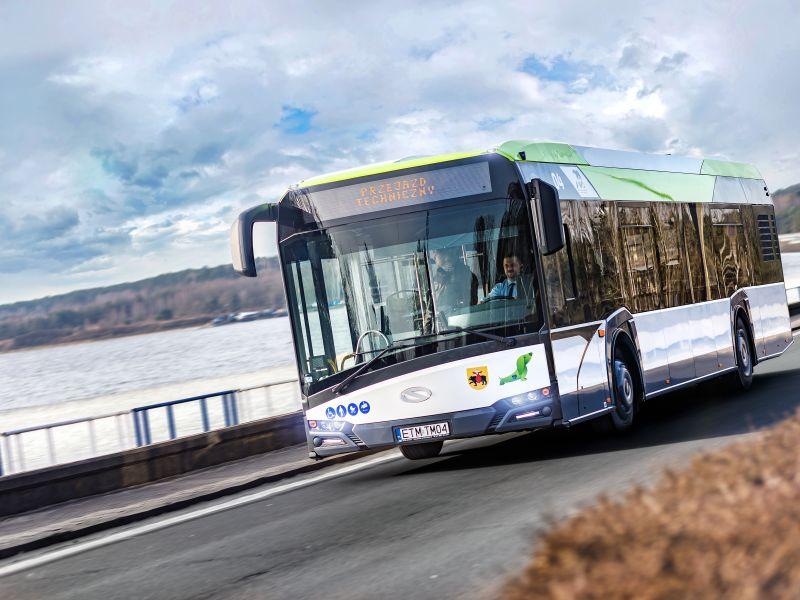 Na zdjeciu autobus MZK przejeżdżający przez tamę Zalewu Sulejowskiego. Na pierwszym planie widać kierowcę za szybą autobusu.