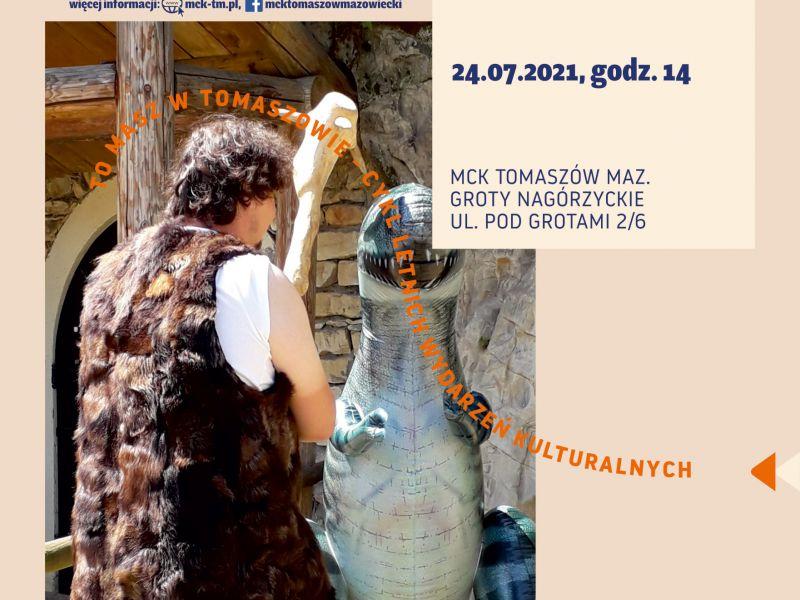 Na zdjęciu plakat Pikniku z jaskiniowcami w Grotach. Na zdjęciu osoba przebrana za jaskiniowca i sztuczny dinozaur