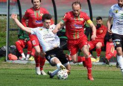Na zdjęciu piłkarze podczas meczu ligowego. Walka o piłkę na murawie