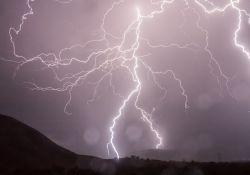 Na zdjęciu pioruny na niebie podczas burzy
