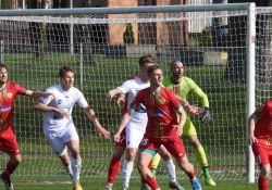 Na zdjęciu piłkarze Lechii w starciu z piłkarzami Pelikana Łowicz. Akcja pod bramką po rzucie rożnym.