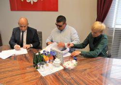 Na zdjęciu moment podpisania umowy przez prezydenta miasta w jego gabinecie z wykonawcą budowy ulic na osiedlu Mickiewicza
